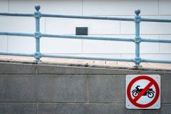 Motorcykel inget tillträdestecken att installera framme av tunnelen under vägen Trafiktecken att förbjuda motorcykeln restriktiva arkivbilder