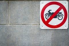 Motorcykel inget tillträdestecken att installera på betongväggen framme av tunnelen under vägen Trafiktecken att förbjuda motorcy royaltyfri bild