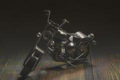 motorcykel Metallleksakmotorcykel på mörk bakgrund royaltyfri bild