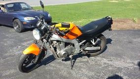 Motorcykel och bil Royaltyfria Foton