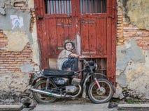 Motorcykel- och gatakonst i George Town Penang Arkivfoto