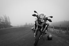 Motorcykel på den dimmiga bergvägen Arkivfoton