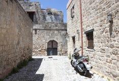 Motorcykel på den gamla gatan Royaltyfri Bild