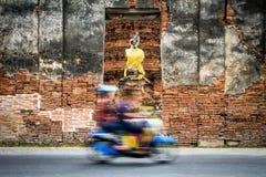 Motorcykel på thavägen royaltyfria bilder