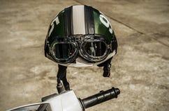 Motorcykel på vägen med en hjälm på styrena Royaltyfri Bild