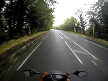 Motorcykel på vägen med ljus på i UK Fotografering för Bildbyråer