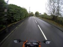 Motorcykel på vägen med ljus på i UK Royaltyfria Bilder