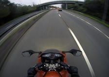 Motorcykel på vägen med ljus på i UK Arkivfoton