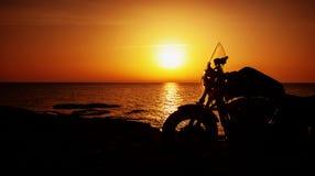 Motorcykel på solnedgång Fotografering för Bildbyråer