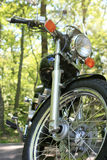 motorcykel parkerade trees Royaltyfri Bild