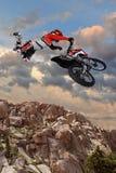 Motorcykel Rider Performing Aerial Stunt fotografering för bildbyråer
