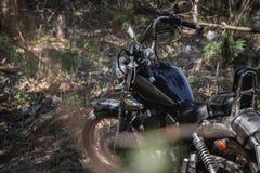 Motorcykel som parkeras i träna Fotografering för Bildbyråer