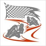 Motorcykel som springer på löparbanan och den rutiga flaggan Arkivbild