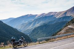 Motorcykelaffärsföretag på toppmötet av berget, enduro, av vägen, härlig sikt, faraväg i berg, frihet som är extrem arkivbild