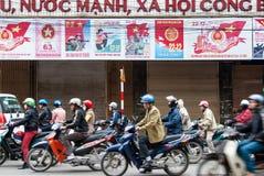 Motorcykelchaufförer i Hanoi, Vietnam Royaltyfri Bild