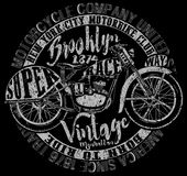 Motorcykeletikettt-skjorta design med illustrationen av beställnings- kotlett Arkivbilder