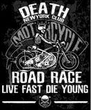 Motorcykeletikettt-skjorta design med illustrationen av beställnings- kotlett Royaltyfria Bilder