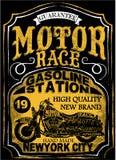 Motorcykeletikettt-skjorta design med illustrationen av beställnings- kotlett Royaltyfri Fotografi