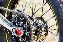 Motorcykelförsök och enduro för bakre hjul Monterat på den hjulkugghjulet och kedjan med eker royaltyfria bilder
