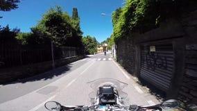 Motorcykelhandelsresande på en bergplatå stock video