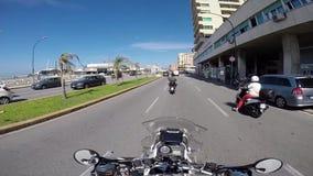 Motorcykelhandelsresande på en bergplatå arkivfilmer