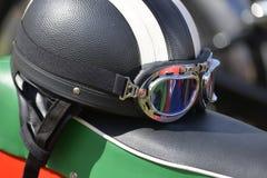 Motorcykelhjälm och skyddsglasögon Royaltyfri Bild
