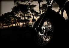 Motorcykelhjul på solnedgång Royaltyfri Fotografi