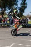 Motorcykeljipporyttare - Wheelie Royaltyfri Bild