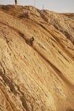 Motorcykelkonkurrens, brant klättring till en hög kulle, två konkurrenter royaltyfria bilder