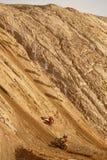 Motorcykelkonkurrens, fuktar klättring till en hög kulle, competit två royaltyfria bilder