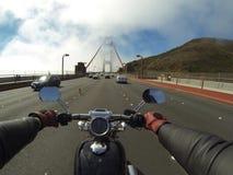 Motorcykelkryssning längs kustlinjen Arkivbild