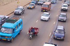 MotorcykellastRickshaw i Accra trafik Arkivfoto