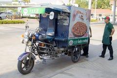 Motorcykelleverans för de Pizza Företag 1112 vännerna Royaltyfria Bilder