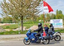 Motorcykelmusikband framme av folkmassan på protesten Royaltyfria Foton