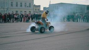 Motorcykeln ATV hyped motorn av hans ATV och brinnande gummihjul De bakre hjulen rotera i kontakt med asfalten och från under arkivfilmer