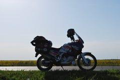 Motorcykeln Honda africa kopplar samman i ängen fotografering för bildbyråer