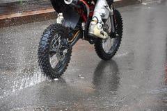 Motorcykeln rider på vattnet med en sprej Fotografering för Bildbyråer