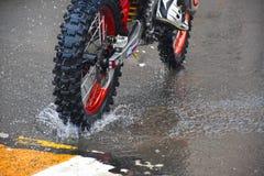 Motorcykeln rider på vattnet med en sprej Royaltyfri Fotografi
