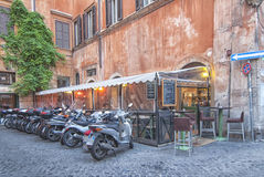Motorcykelparkering i Rome Royaltyfri Fotografi