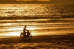 Motorcykelritt på stranden arkivfoto