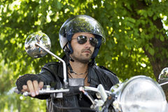 Motorcykelryttare i natur Royaltyfria Bilder