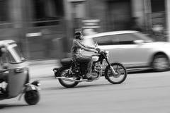 Motorcykelryttare i rusningstider av trafik i Bangalore Royaltyfri Bild