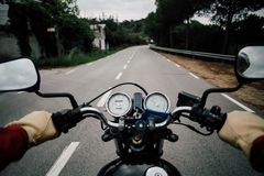 Motorcykelstyre POV på väghuvudvägen Arkivfoton