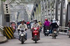 Motorcykeltrafik på en stålbro i Vietnam Arkivfoton