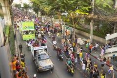 Motorcykeltrafikstockning i stadsmitt under firar fotbollsfan som segrar AFF Suzuki Cup 2014 Royaltyfri Fotografi