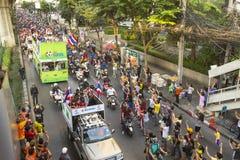 Motorcykeltrafikstockning i stadsmitt under firar fotbollsfan som segrar AFF Suzuki Cup 2014 Arkivfoton