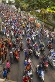 Motorcykeltrafikstockning i stadsmitt under firar fotbollsfan som segrar AFF Suzuki Cup 2014 Royaltyfria Foton