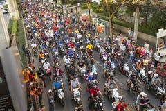 Motorcykeltrafikstockning i stadsmitt under firar fotbollsfan som segrar AFF Suzuki Cup 2014 Arkivfoto