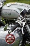 Motorcyklar för klassiker BSA och Norton royaltyfri foto