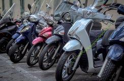 Motorcyklar i gatorna av italienska städer Arkivfoton